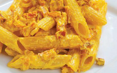 Penne met saffraansaus en stukjes spek