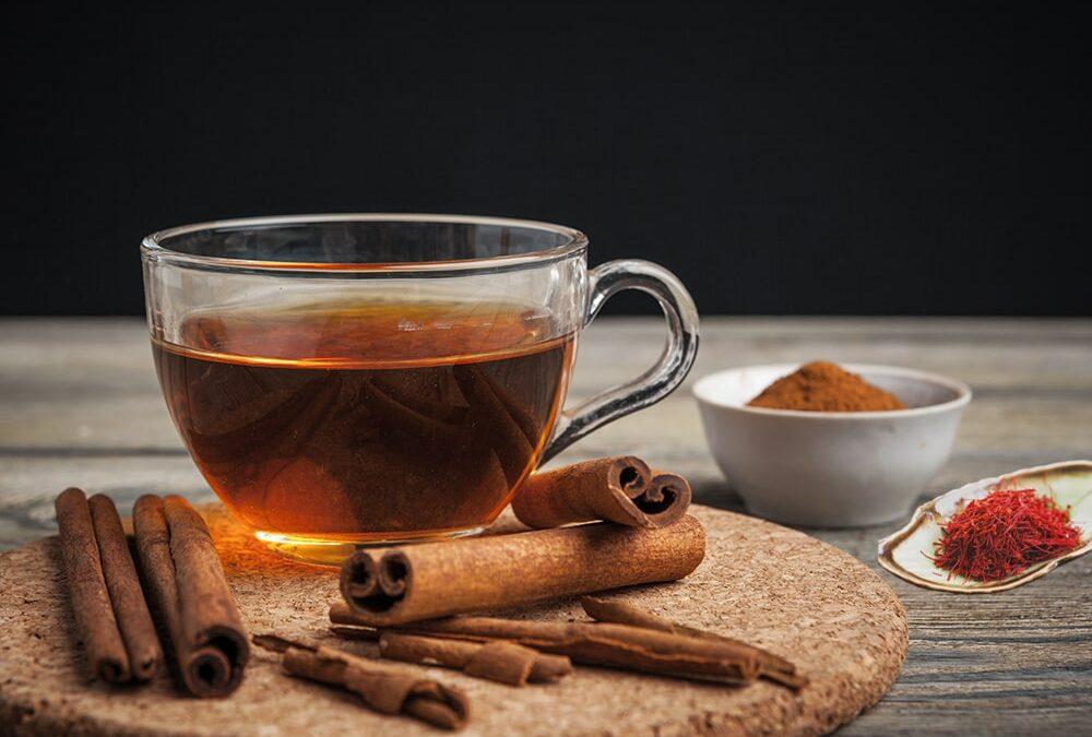 Saffraan thee met kaneel